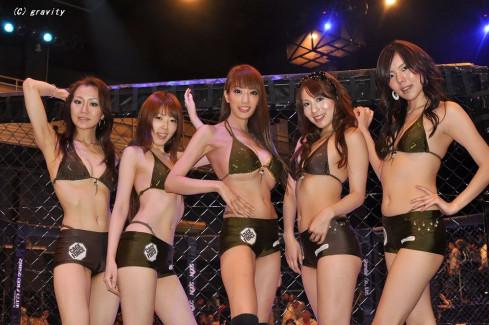 【おっぱい】スタイル抜群のS級美女がエロ水着のコスプレで格闘技大会を盛り上げてくれてるラウンドガールのおっぱい画像集!【80枚】