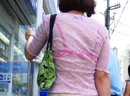 【おっぱい】街中でブラジャー透けてる薄着の素人女子を視姦して盗撮したったブラ透けおっぱい画像集www【80枚】