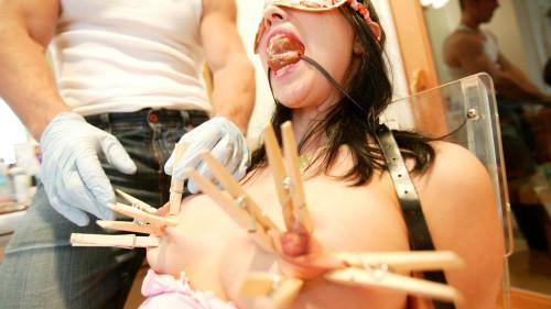【おっぱい】美女やドマゾな変態熟女たちの乳首に洗濯バサミや吸引器を装着して勃起時よりもロング乳首にさせちゃった乳首調教のおっぱい画像集ww【80枚】