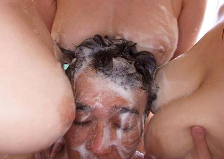 【おっぱい】ソープ嬢の泡まみれの洗体プレイでおっぱいの感触や乳首のコリコリ感を堪能できる泡踊りのおっぱい画像集!w【80枚】