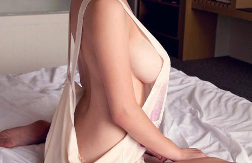 【おっぱい】デカパイ美女の横乳が柔らかそうで指でツンツンしたくなる巨乳横乳のおっぱい画像集!w【80枚】