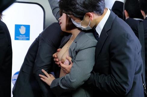 【おっぱい】電車やバス、エレベーターで美巨乳女子を発見したら即痴漢!おっぱい着衣揉みや乳首弄りしてイタズラしまくる痴漢のおっぱい画像集w【80枚】